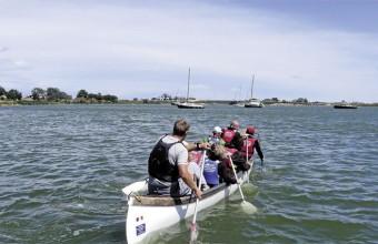 Au fil de l'eau, avec un livret imperméable et flottant, les randonneurs découvrent la faune et flore des milieux aquatiques.