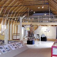 La salle d'exposition avec la statue du dieu forestier gallo-romain Silvain Sucellus.